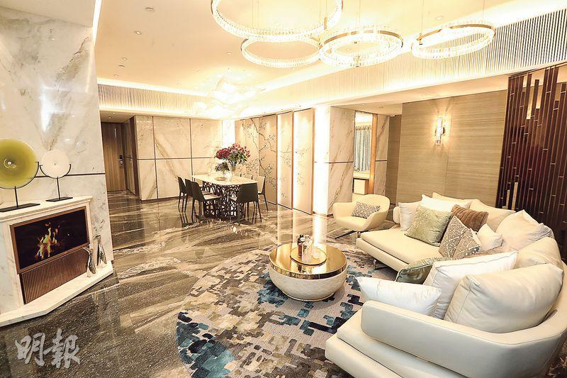 示範單位實用1286方呎,原則4房1套間隔,設計師改作3房1套,大廳以香檳金及古銅色作主調,流露豪華氣派。