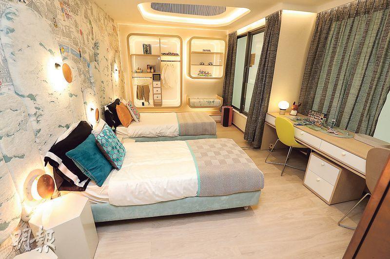 設計師將其中兩間睡房打通,改成一間睡房,可容納兩名小主人。