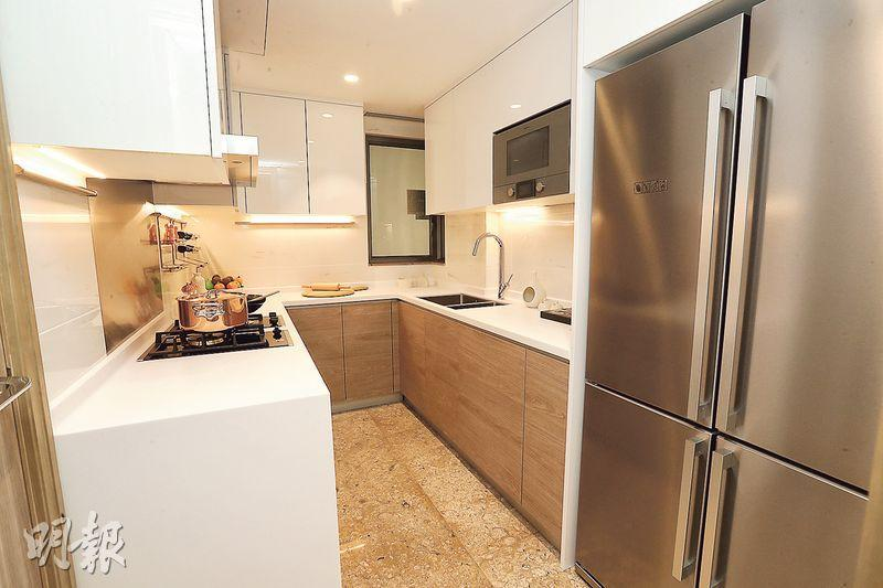 廚房配備一系列德國品牌家電,包括四門雪櫃,迎合喜愛下廚的住戶。