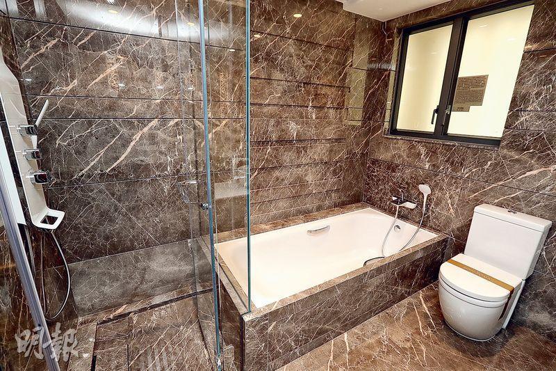 主人套房浴室採酒店式設計,淋浴間及浴缸兼備。