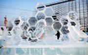 【哈爾濱國際組合冰雕賽】三等獎作品:拉脫維亞隊的《生活比蜜甜》(新華社)