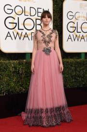《俠盜一號:星球大戰外傳》菲莉絲迪鍾斯(Felicity Jones) 以Gucci戰衣襯Chanel首飾。