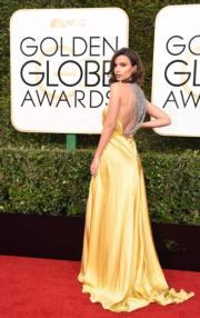 Emily的中空Reem Acra長裙背面原來另有風景。