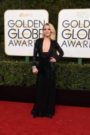 《C奶同學會》姬絲汀貝爾(Kristen Bell)穿著Jenny Packham黑色中空裝,相當性感。