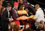 同樣是愛倫狄珍妮絲主持的一屆,為了顧及賓客肚子的需要,即場叫外賣pizza,獲得一致好評,後來TVB抄橋,東施效顰外賣炸雞,卻被投訴植入廣告。