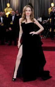 2012年,仍然跟畢彼特相愛的安祖蓮娜祖莉以高衩裙露長腿現身頒獎禮,成為網民惡搞對象,被無限改圖,屬該屆熱話。