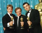 1998年,《驕陽似我》令羅賓威廉斯(中)首嘗金像獎最佳男配角滋味,麥迪文及賓艾費力(右)更奪得最佳原創劇本獎,十多年後,賓艾費力憑自導自演的《Argo救參任務》奪得最佳電影獎,登上事業高峰,沒多久羅賓威廉斯卻自殺身亡,令人不勝唏噓。