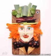 馬鈴薯和胡蘿蔔等砌成的《愛麗絲夢遊仙境》瘋帽(Laleh Mohmedi facebook圖片)