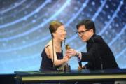 成龍頒「終身成就獎」由芳艷芬女兒楊世芳代領獎。