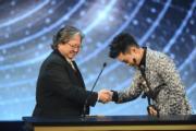 大哥大洪金寶頒獎給最佳新演員胡子彤。