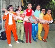 《七擒七縱七色狼》拍攝,曾志偉(左一)、林家棟(左三)等一眾男演員見到性感的孟瑤,即將之抱起拍照。