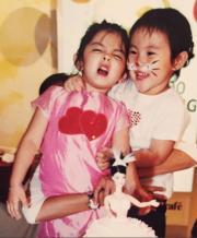 兩個可愛小妹妹長大後友情不變。