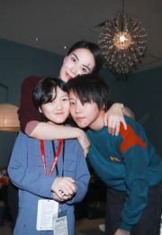 王菲攬實兩個女兒李嫣(左)及童童(右)合照。