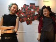 童童與同母異父妹妹李嫣甜笑對望,中間放了一堆童童的英文新碟,大曬姊妹情又收宣傳之效!(網上圖片)
