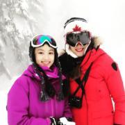 琦琦偕愛女Ella到外地旅遊,母女在雪景下拍照留念。