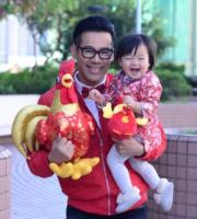 爸爸徐榮抱住,包包笑得很豪邁。