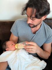 爸爸Julien餵BB已很熟手。