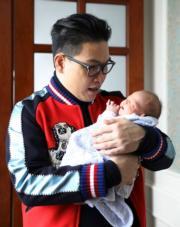 新手爸爸蘇永康抱子在懷裏大滿足。
