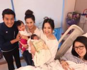 張嘉兒抱着囡囡與岑杏賢到醫院探黎諾懿的BB。