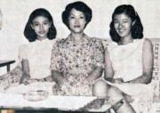 李嘉欣(左)跟李媽媽及姐姐李嘉明(右)合照,李媽媽年輕時十分漂亮。