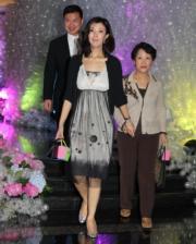 李嘉欣與丈夫許晉亨為愛兒許建彤(Jayden Max)豪花百萬元舉行百日宴,李嘉欣姐姐與丈夫陪伴媽媽帶着愉快心情離開。
