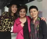 徐小鳳紅館第3場演唱會,祖兒(左)帶埋媽咪(右)到後台為小鳳姐(中)打氣。