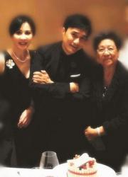 獲頒「法國藝術與文學軍官勳章」當日,偉仔跟媽咪與劉嘉玲在蛋糕前的合照