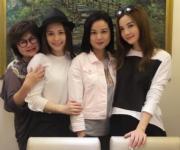 Twins蔡卓妍(阿Sa)與鍾欣潼(阿嬌)帶媽媽一同出席聚會慶祝(圖),阿Sa說:「今天女人最大,祝天下的母親節快樂!」原來兩人跟母親都似樣,四人合照有如兩對「Twins」。