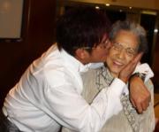 阿倫肉緊向母親獻吻,譚媽媽甜入心。