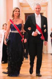 挪威公主Princess Martha Louise(左)到達奧斯陸王宮,出席國王與王后的80歲慶祝晚宴。右為比利時國王菲利普(King Philippe)。(法新社)