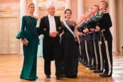懷孕的瑞典王妃Princess Sofia(右)到賀。(法新社)