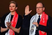 摩納哥王妃維特斯托克(Charlene, Princess of Monaco)與丈夫阿爾貝二世親王(右)觀賞球賽。(法新社)