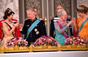 比利時國王菲利普伉儷(左二、右一)今年3月到訪丹麥,丹麥儲妃瑪麗(Crown Princess Mary,左一)、丹麥女王瑪格麗特二世(Queen Margrethe II,右二 )與他們碰杯。(法新社)