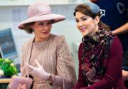 2017年3月,比利時王后Queen Mathilde(左)在丹麥儲妃瑪麗(Crown Princess Mary,右)陪同下,參觀丹麥一家學校。(法新社)