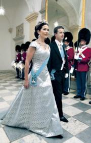 丹麥王儲弗雷德里克(右)與王妃瑪麗‧唐納森(左)於2004年5月結婚。(2004年法新社圖片)