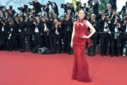 金像影后茱莉安摩亞身穿紅色Givenchy晚裝到場。