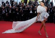 【康城影展 Look of The Day】名模 Kendall Jenner 不賣性感,賣飄逸長裙襬