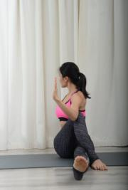 頭向後望,維持這動作並數十個呼吸完成一次,左右交替做。這動作有助美背效果外更幫助腸臑動。