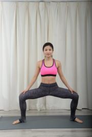 身體向下坐,做20次。收大腿內側最強!