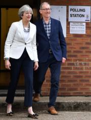 文翠珊(左)與丈夫在投票站外。(法新社)