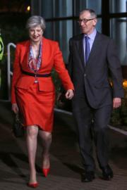 投票結束後,文翠珊(左)與丈夫於6月9日(英國時間)早上到達梅登黑德的點票中心。(法新社)