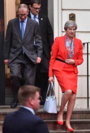 投票結束後,文翠珊(右)與丈夫於6月9日(英國時間)離開保守黨在倫敦的總部。(法新社)
