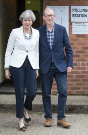 文翠珊(左)與丈夫步出投票站。(新華社)