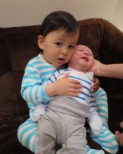 Jacques將弟弟當公仔咁抱。