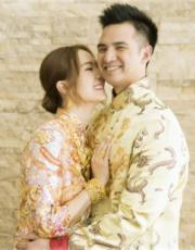 雖然兩人都在外國長大,但傳統穿裙褂等儀式都做到足。
