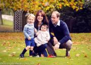 英國劍橋公爵伉儷威廉王子(右)和凱特(左)與喬治小王子、夏洛特小公主齊齊迎接一家四口的第一個聖誕。(The British Monarchy fb圖片)