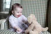 英國夏洛特小公主快7個月大了。圖片由夏洛特母親劍橋公爵夫人凱特於11月初在諾福克郡家中拍攝。(英國王室facebook圖片)
