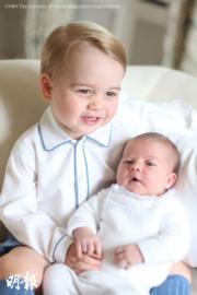 威廉王子的官邸肯辛頓宮2015年6月發放喬治小王子(左)與夏洛特小公主(右)的合照。(The British Monarchy fb圖片)
