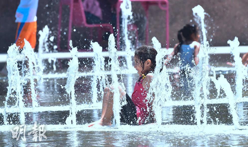 【熱浪襲歐美】樂在水中