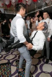 陳柏宇要用雙腳夾住兄弟的腰部做sit up。